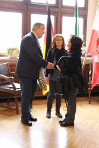 Bürgermeister Manfred Osenger begrüßt Pina Franchina und Sandra Maria Ciarello, die Kolleginnen aus Italien.