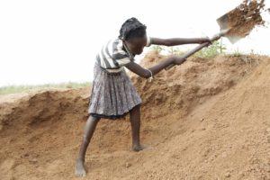 Die 12-jährige Natasha bei der Arbeit im Steinbruch (Quelle: Kindernothilfe)